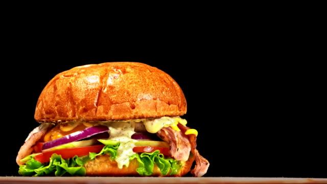 멋진 아름 다운 신선한 육즙 요리 햄버거 턴테이블에 회전. 매우 아름 다운 공기 롤빵 그리고 대리석된 쇠고기입니다. 각 햄버거를 손으로 요리 하는 레스토랑. 이상적인 만들지 않습니다. 실제, - burger and chicken 스톡 비디오 및 b-롤 화면