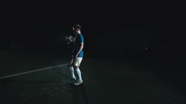 coole tricks mit dem fußball jonglieren - geköpft stock-videos und b-roll-filmmaterial