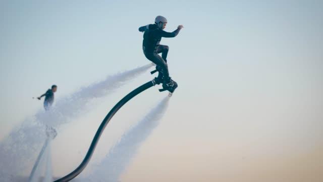 coole männer fliegen in den himmel auf speziellen geräten - menschliche erzeugnisse stock-videos und b-roll-filmmaterial