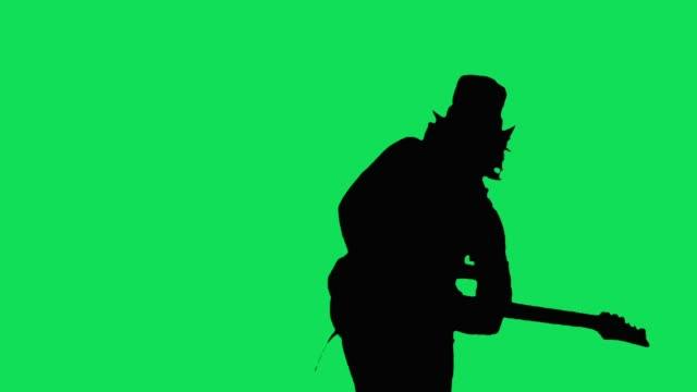 cool rockgitarrist i hatten spela elgitarr på skärmen grön - gitarrist bildbanksvideor och videomaterial från bakom kulisserna