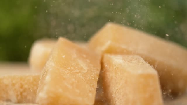 slow motion, dof: cool shot of grated parmesan raining onto the cheese cubes. - stan naturalny filmów i materiałów b-roll