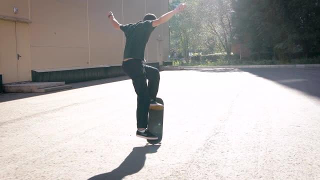 彼のスケート ボードにスタントを行うクールなスケーター。大都市における都市文化 - スケートボードをする点の映像素材/bロール