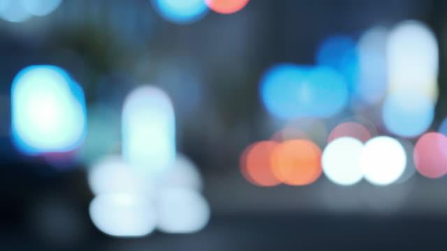 交通や通行人と都市夜景の 4 K クールなトーン デフォーカス ビデオ ビデオ