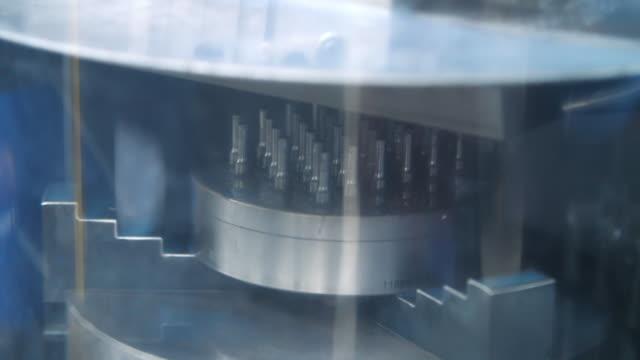 밀링 머신에서 금속 가공 중 금속 블랭크 냉각 - 척 드릴 부속품 스톡 비디오 및 b-롤 화면