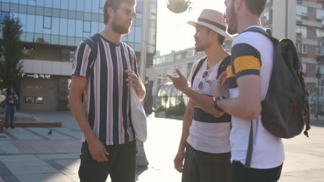 vídeos y material grabado en eventos de stock de amigos cooperativos hablando de su próximo destino - regreso a clases