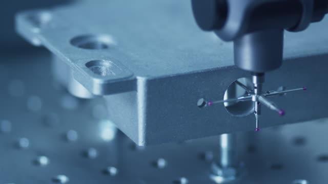 koordinatmätmaskin (cmm) mäter en springare detalj med hög precision. - cnc maskin bildbanksvideor och videomaterial från bakom kulisserna