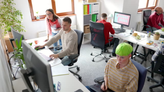 koordination der teamarbeit - projektmanager stock-videos und b-roll-filmmaterial