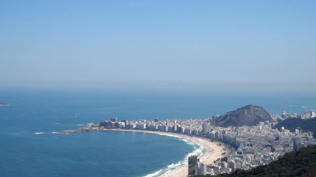 コパカバーナビーチ、イパネマビーチでリオ ・ デ ・ ジャネイロ、ブラジル - コパカバーナ海岸点の映像素材/bロール