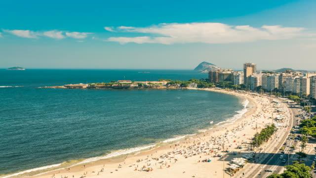 リオ ・ デ ・ ジャネイロ、ブラジルの人々 の完全なコパカバーナ ビーチ。 - コパカバーナ海岸点の映像素材/bロール