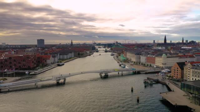 köpenhamns stadsbilden: cykelbro - dansk kultur bildbanksvideor och videomaterial från bakom kulisserna
