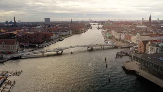 copenhagen cityscape: bicycle bridge - danimarca video stock e b–roll