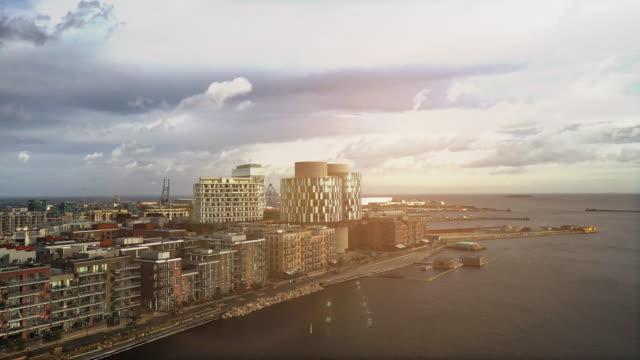 vídeos de stock e filmes b-roll de copenhagen cityscape: modern architecture at the sea - países nórdicos