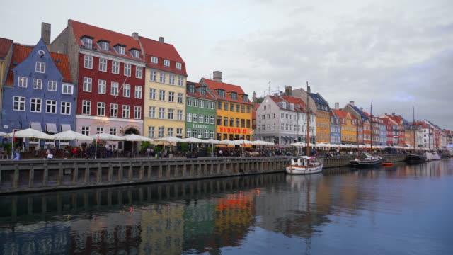 köpenhamn nyhavn kaféer, barer och restauranger danmark 4k - walking home sunset street bildbanksvideor och videomaterial från bakom kulisserna