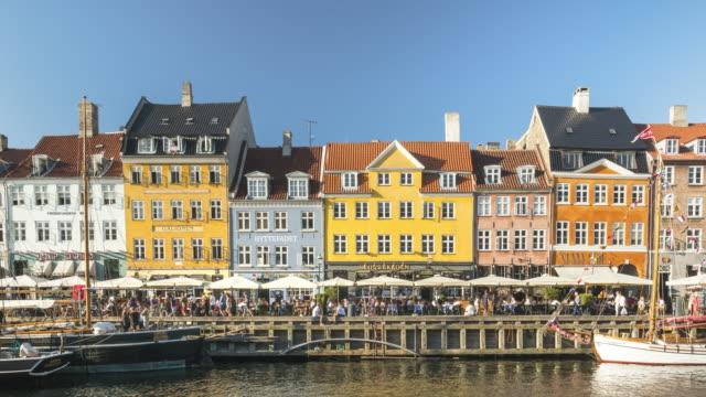 tl: köpenhamn nyhavn city, folkmassor njuter restauranger barer, danmark - dansk kultur bildbanksvideor och videomaterial från bakom kulisserna