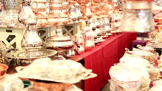rame, argento stoviglie al grand bazaar a istanbul - grand bazaar video stock e b–roll