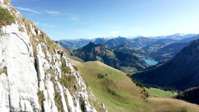 科普特通過山脈飛往瑞士的湖畔 - 航拍 個影片檔及 b 捲影像