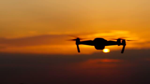 vídeos de stock, filmes e b-roll de helicóptero remove uma bela paisagem ao pôr do sol - quadricóptero