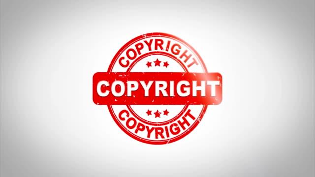 stockvideo's en b-roll-footage met copyright ondertekend stempelen tekstanimatie houten stempel. rode inkt op schoon wit papier oppervlak achtergrond met groene mat achtergrond opgenomen. - stempel