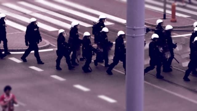 vídeos y material grabado en eventos de stock de cordón policial. montaje - dureza