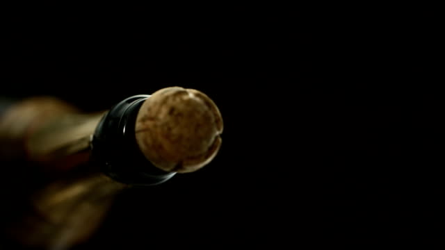 stockvideo's en b-roll-footage met cork popping out (super slow motion) - kurk