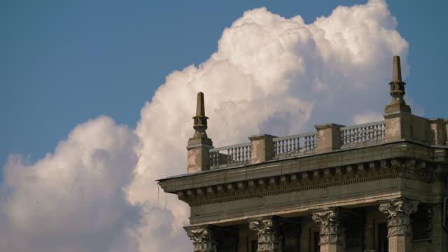 與老建築的屋頂對著天空和雲彩的角落 - 建築物特徵 個影片檔及 b 捲影像