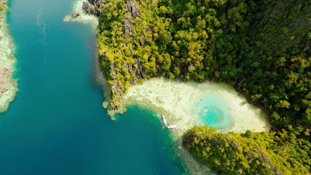 科龍, 巴拉望, 菲律賓, 美麗的雙瀉湖和石灰岩懸崖的鳥瞰圖。 - 東南 個影片檔及 b 捲影像