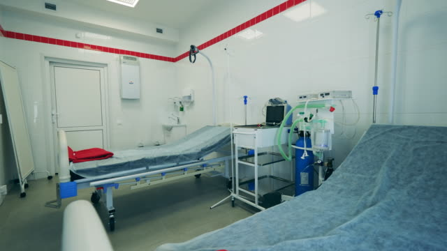 vídeos de stock e filmes b-roll de coronavirus, covid 19 concept. clinic room with beds during pandemic. - covid hospital bed respirator