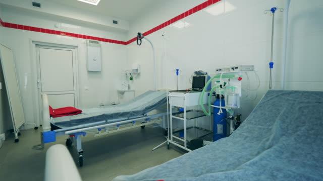 stockvideo's en b-roll-footage met coronavirus, covid 19 concept. de ruimte van de kliniek met bedden tijdens pandemie. - ventilator bed