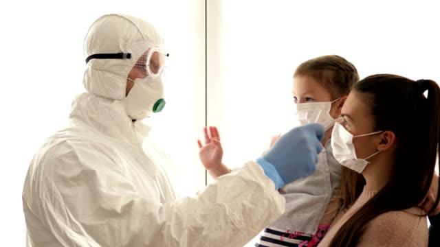 vidéos et rushes de épidémie de coronavirus. mesure sans contact de la température des passagers à la frontière - température