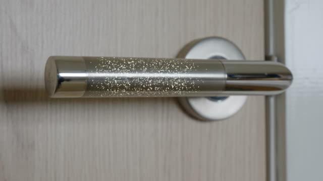 Coronavirus on a door handle. - vídeo