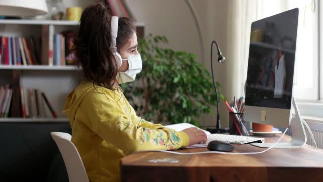 冠狀病毒爆發。封鎖和學校關閉。女學生看在線教育課 - back to school 個影片檔及 b 捲影像
