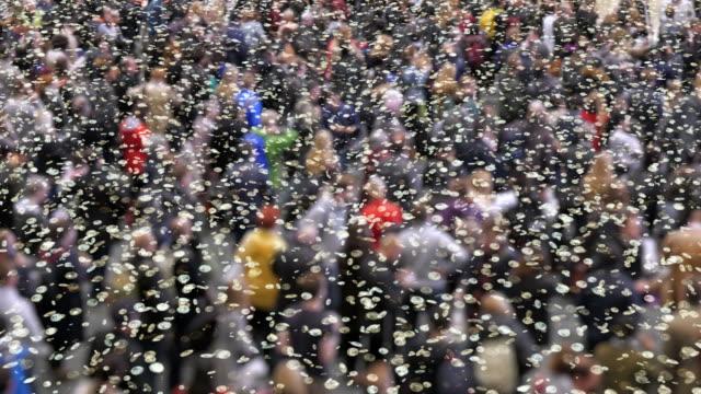 Coronavirus deeltjes in een menigte van mensen. video