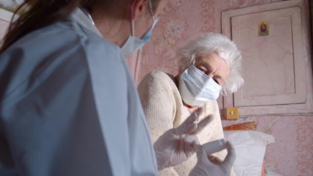 protezione dal coronavirus. visita a domicilio del dottore durante la quarantena. - accudire video stock e b–roll