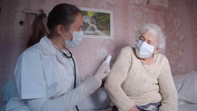coronavirus koruması. karantina sırasında doktorun evine geldi. - ziyaret stok videoları ve detay görüntü çekimi