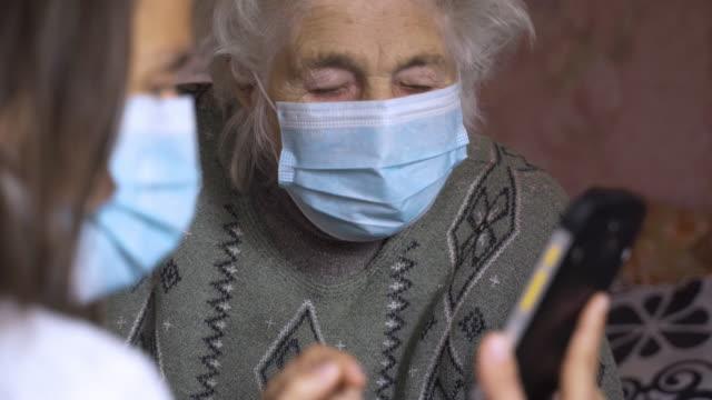 coronavirus protection. women wearing mask to avoid infectious diseases. - nipote femmina video stock e b–roll