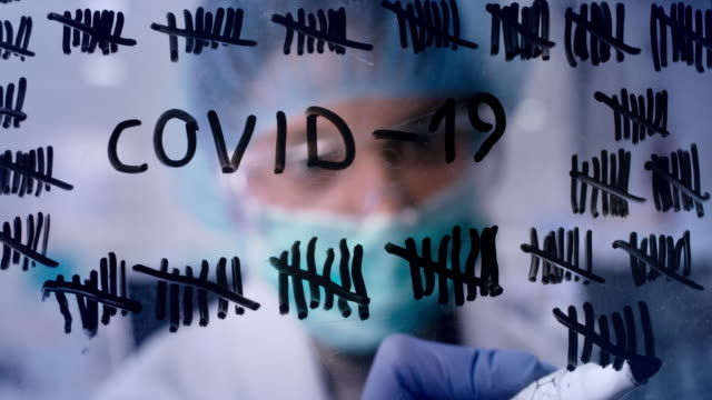 vidéos et rushes de compte à rebours de quarantaine de coronavirus. une jeune travailleuse de la santé compte des jours - vaccin covid
