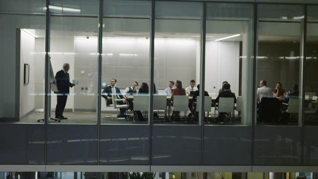 vídeos de stock e filmes b-roll de corporate business office staff working - envolvimento dos funcionários