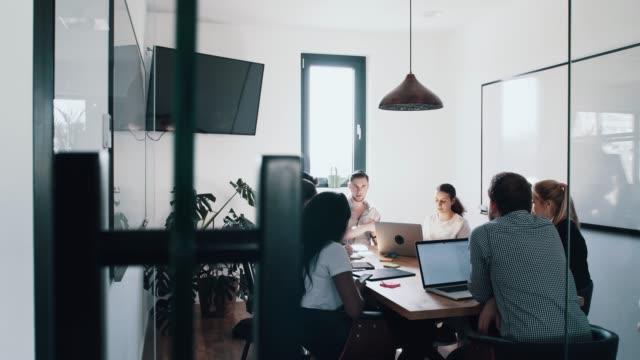 vídeos y material grabado en eventos de stock de equipo de negocios corporativos en discusión en un cubículo de reunión - cube