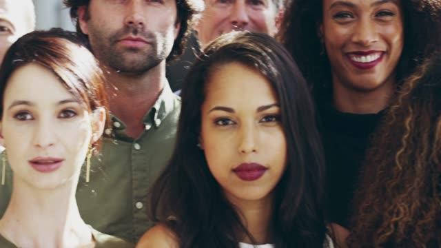 företagens förtroende är nyckeln - multietnisk grupp bildbanksvideor och videomaterial från bakom kulisserna