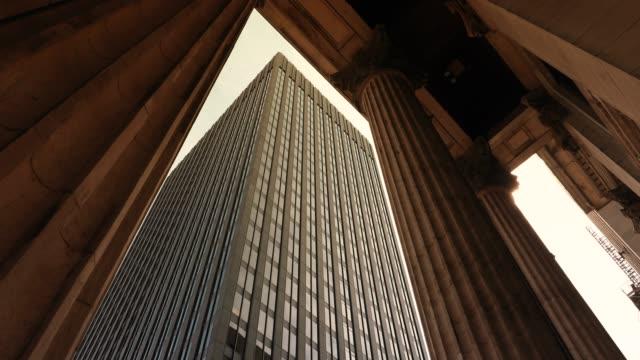 edifici di finanza aziendale in città - quartiere generale video stock e b–roll