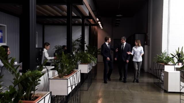 会社の wokers がオフィスを歩いている - プロジェクトマネージャー点の映像素材/bロール