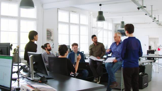 vídeos de stock e filmes b-roll de corporate workers planning strategy - envolvimento dos funcionários