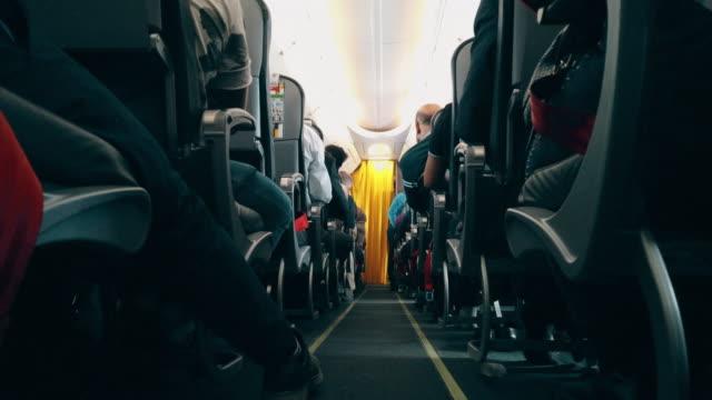 비행기의 복도, 좌석 사이 - airplane seat 스톡 비디오 및 b-롤 화면