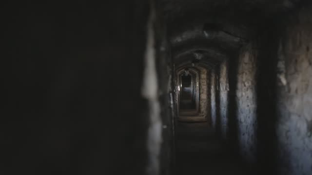 vídeos de stock, filmes e b-roll de corredor de um castelo antigo - castelo