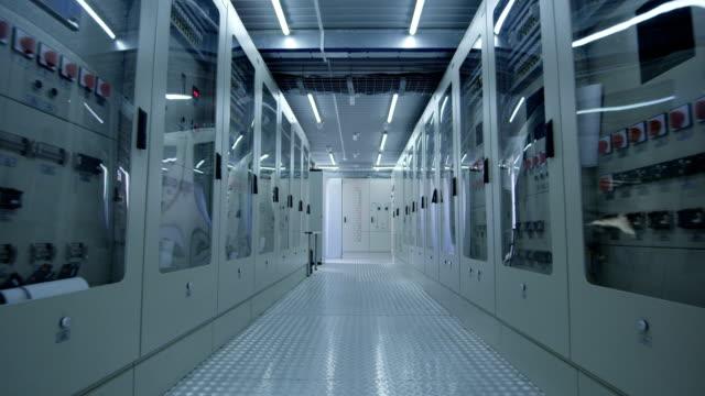 vídeos y material grabado en eventos de stock de pasillo del centro de la planta eléctrica solar - generadores