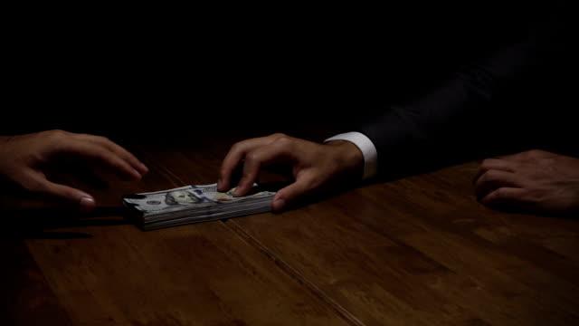 korrumperad affärsman ger mvara pengar till kriminella partner - dirty money bildbanksvideor och videomaterial från bakom kulisserna