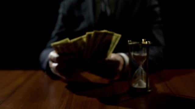 korrupte regierung offizielle zählung-dollar-banknoten, geld geldwäsche kriminalität - billionär stock-videos und b-roll-filmmaterial