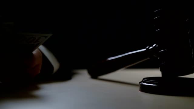 korrupta domare räknar muta pengar i mörka rättssalen, korruption i domstolarna - dirty money bildbanksvideor och videomaterial från bakom kulisserna