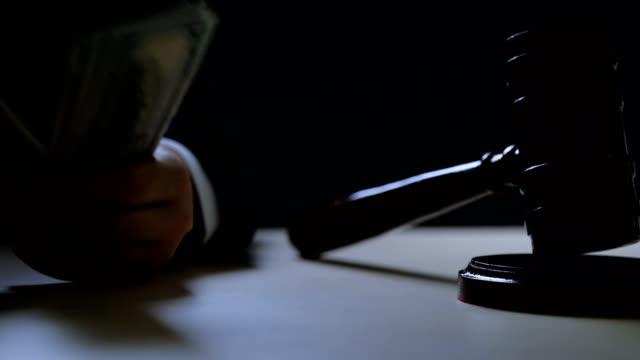 korrupta domare eller auktionsförrättaren räknar pengar i mörkt rum, svarta marknaden, brottsling - dirty money bildbanksvideor och videomaterial från bakom kulisserna