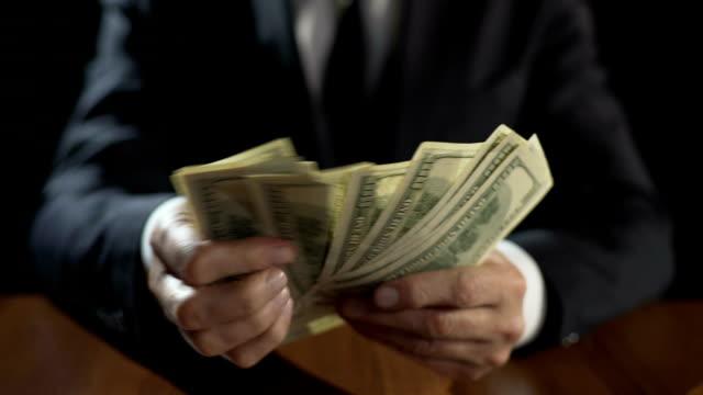 お金、権力の乱用、賄賂を取っての壊れている公式カウント束 - 腐敗点の映像素材/bロール